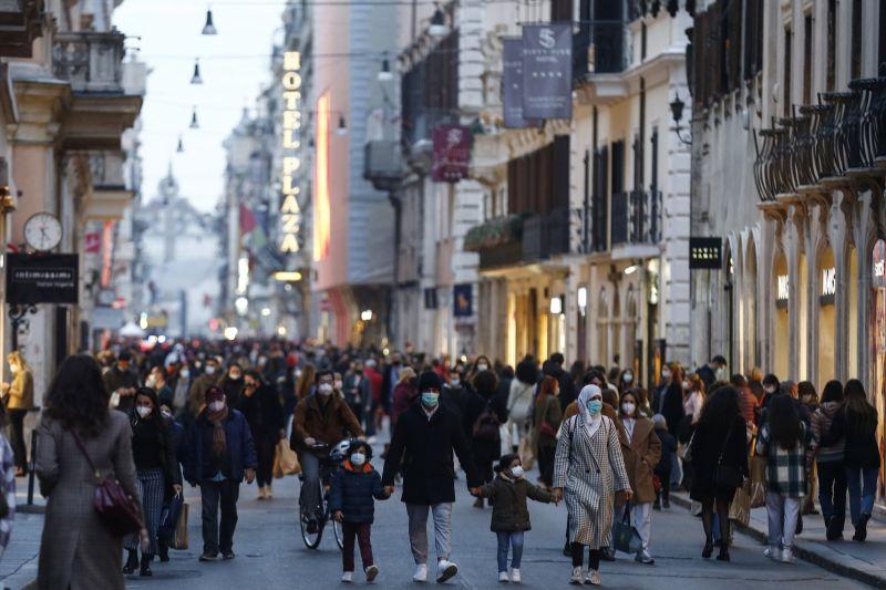 Újranyitottak az üzletek Milánóban és Torinóban – zsúfolásig teltek az utcák