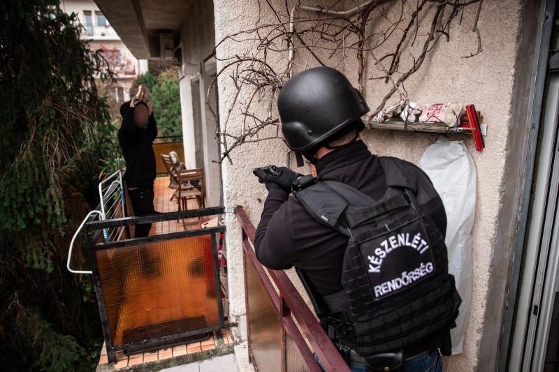 Chatszobában kereskedtek a droggal a fiatalok, a kommandósok ébresztették őket – videók