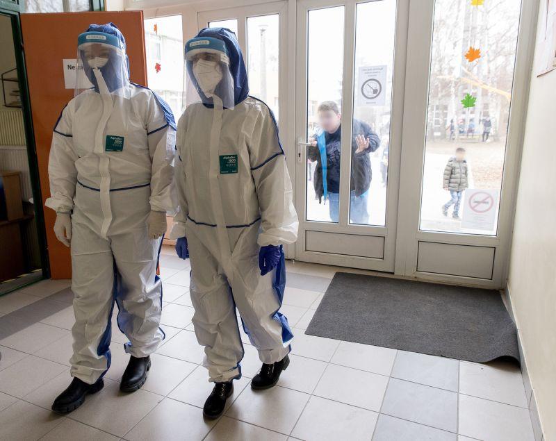 Népszava: egy iskolát már be kellett záratni a tesztelések kapcsán