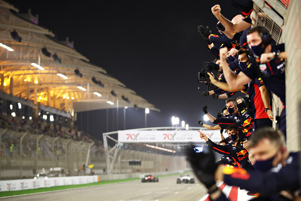 Hamilton nyerte a Grosjean szörnyű balesetetével kezdődő Bahreini Nagydíjat