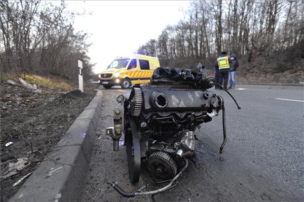 Itt vannak a gödőllői tömegszerencsétlenség képei: méterekre repült az autóból kiszakadt motorblokk