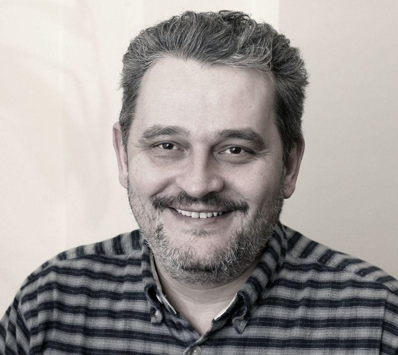 Meghalt az újságíró, akit a meghekkelt Orbán-interjú miatt rúgtak ki