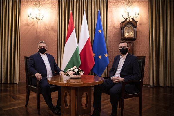 Uniós biztos: folytatni kell a 7-es cikk szerinti eljárást Magyarország és Lengyelország ellen