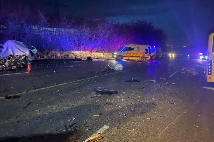 Autóbusz ütközött autóval Gödöllőnél: egy halott, tizenhét sérült