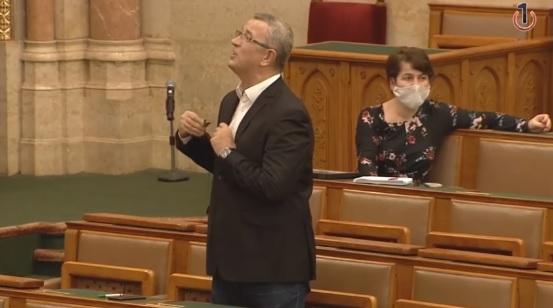 Hazugnak, gerinctelennek neveztek egy KDNP-s képviselőt a parlamentben, meg is lett a következménye