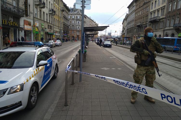 Szombat délben leszúrtak egy férfit a Mester utcai villamosmegállóban
