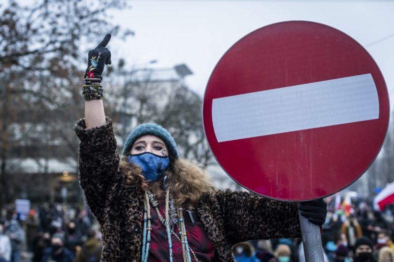 Feminista és covidellenes tüntetéseket tartottak Lengyelországban