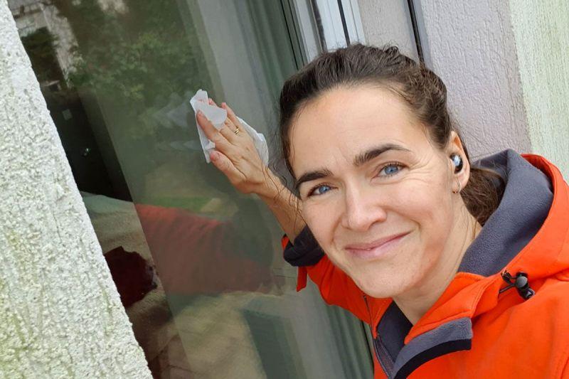 Novák Katalin jó háziasszonyhoz méltóan megpucolta az ablakokat – fotó