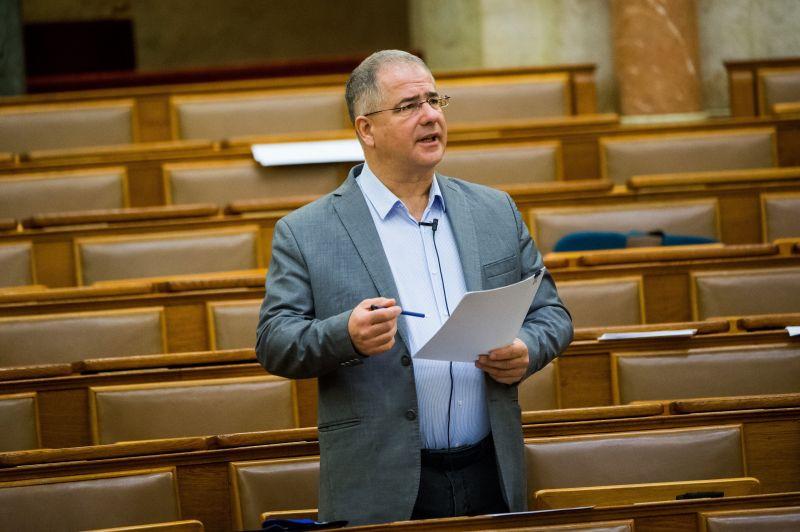 Kósa Lajos szerint két ellenzéki város adóemelésre készült, de a kormány segít rajtuk