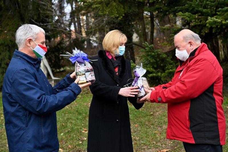 Mézzel, szörppel, lekvárral köszönte meg az orvosok és ápolók munkáját az egyházi államtitkár