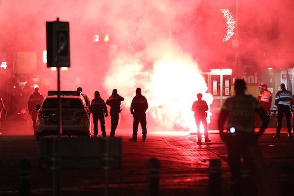 Hollandiai fiatalok felgyújtottak egy tesztközpontot