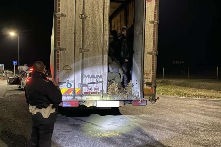 55 menekült lapult a magyar kamion pótkocsijában – fotók