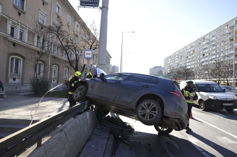 Brutális motorbaleset történt Óbudán -képek