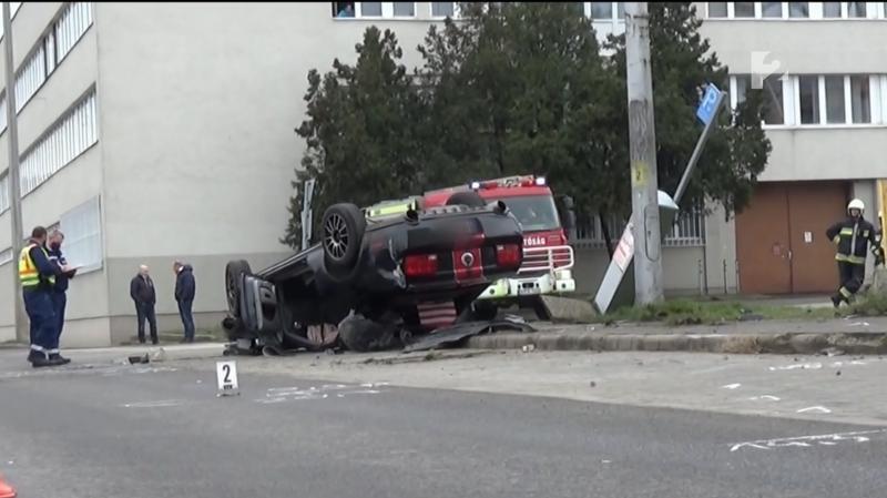 Videóra vették, ahogy hatalmasat borul egy sportkocsi Nyíregyházán