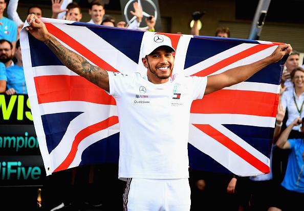 Lovaggá ütötték Lewis Hamiltont