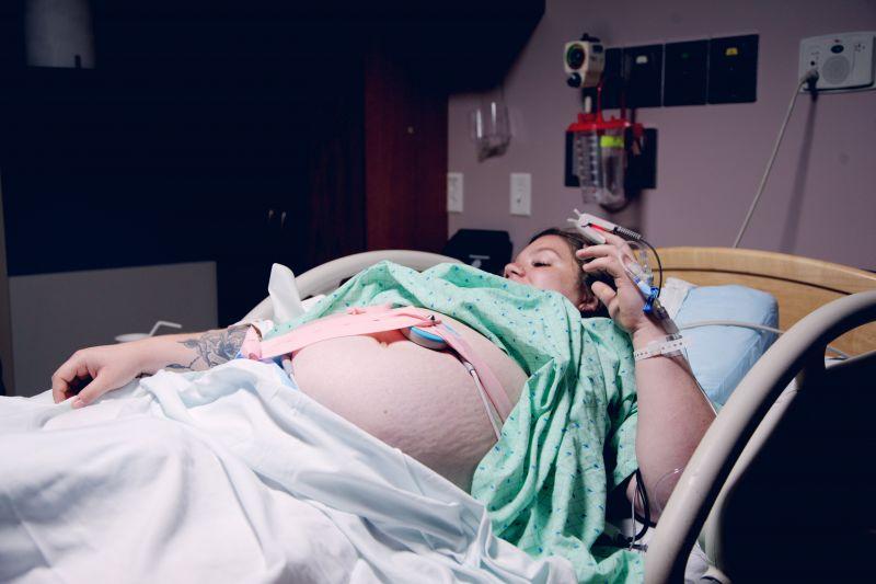 Kirúgta a szülésznő szemét egy vajúdó kismama – a kórház nem akarta elismerni