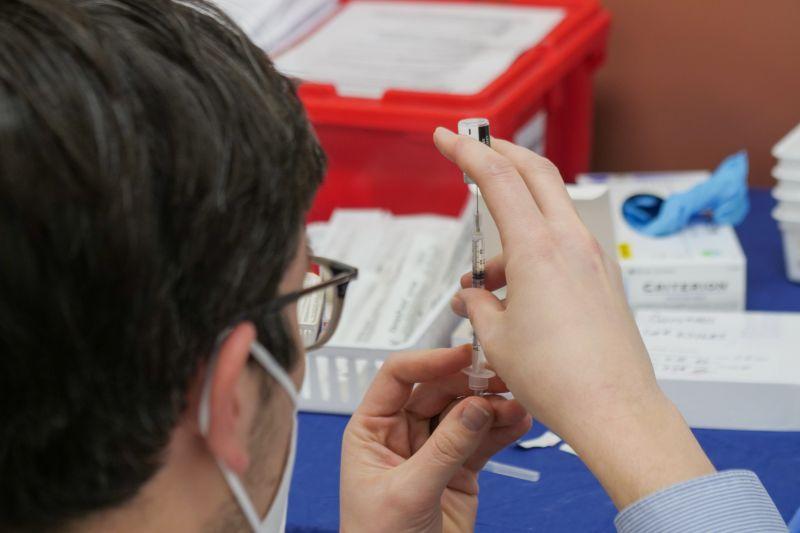 Újabb országban olthatnak az orosz vakcinával