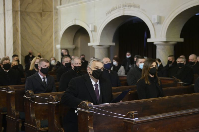 Ezért úszta meg a felelősségre vonást Orbán Viktor: a templomi búcsúztatásra nem vonatkoznak a korlátozó rendelkezések