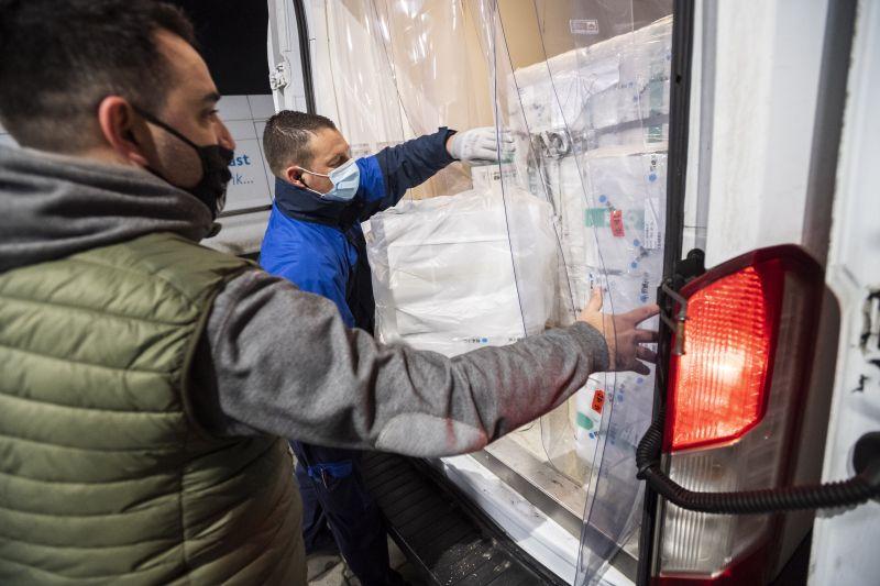 Elkezdték a kínai vakcina kiszállítását a kormányhivatalokba – fotók