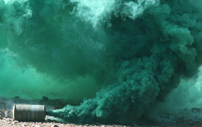 """Milliós kár keletkezett Országgyűlés Irodaházában mert a Jobbikos kezében """"beindult"""" egy füstgránát"""