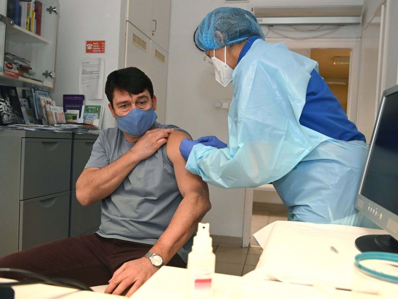 Beoltották Áder Jánost – ezt a vakcinát választotta