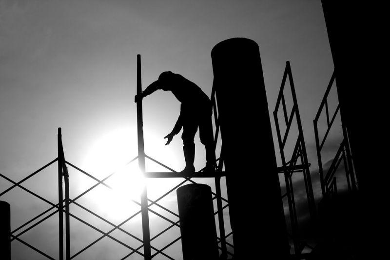 Több ezer munkás halt meg az elmúlt évtizedben a katari focivébé miatt