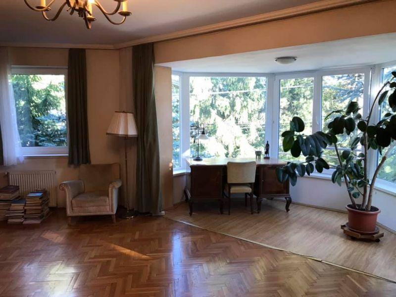 Nem sikerült eladni, most kiadná lakását Demszky Gábor, aki saját maga vezeti körbe az érdeklődőket – itt vannak a képek az ingatlanról