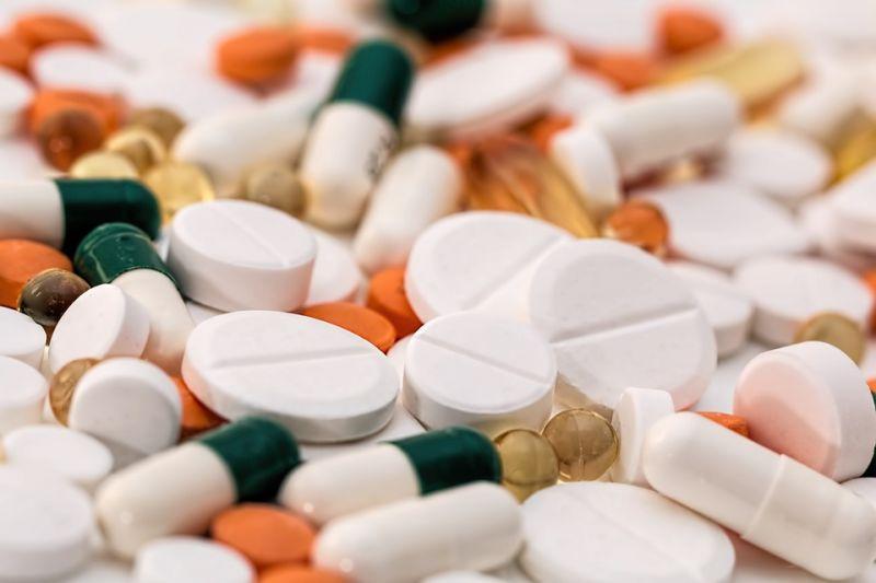 Paracetamollal kezelte magát a koronavírusos férfi, belehalt a mellékhatásokba