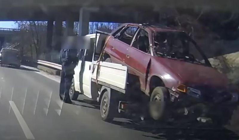 Elképesztő módon szállított roncsautót és fuvarosát kapcsolták le a rendőrök- videó