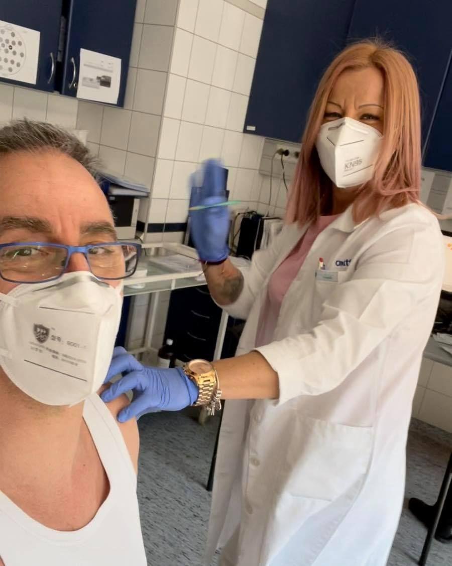 Betámadták a kommentelők Csonka Andrást, mert már megkapta a vakcinát