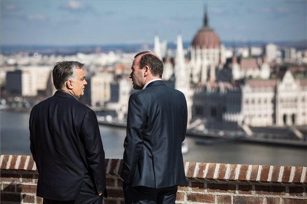 Bréking: Nagy többséggel megszavazta a néppárt azt a szabályt, ami miatt a Fidesz belengette a kilépést