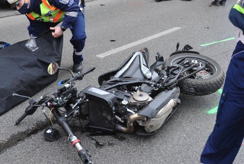 Sokkoló felvétel a motoros és mentőautó brutális ütközéséről – videó