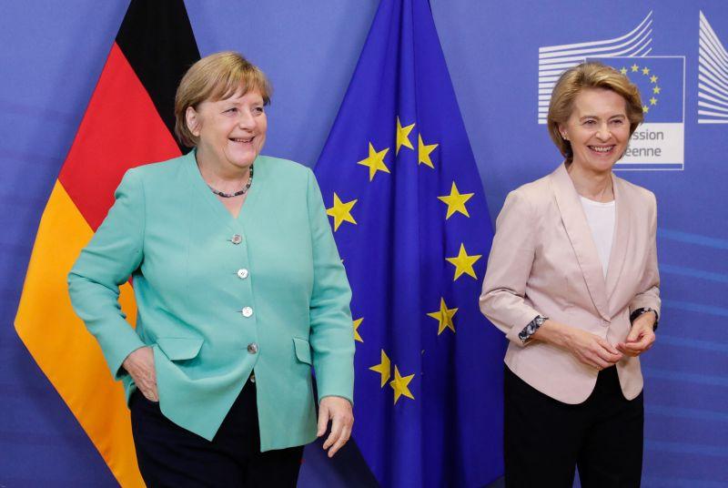 Angela Merkelt AstraZenecával, Ursula von der Leyen Pfizer-vakcinával oltják be