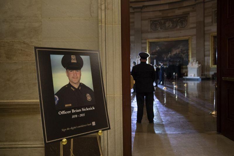 Nem a tüntetők miatt, hanem szélütéstől halt meg a washingtoni Capitoliumot védő rendőr januárban