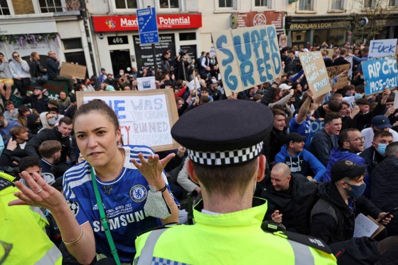 Minden angol csapat visszalépett a Szuperligától – Londonban tüntettek a Chelsea szurkolói