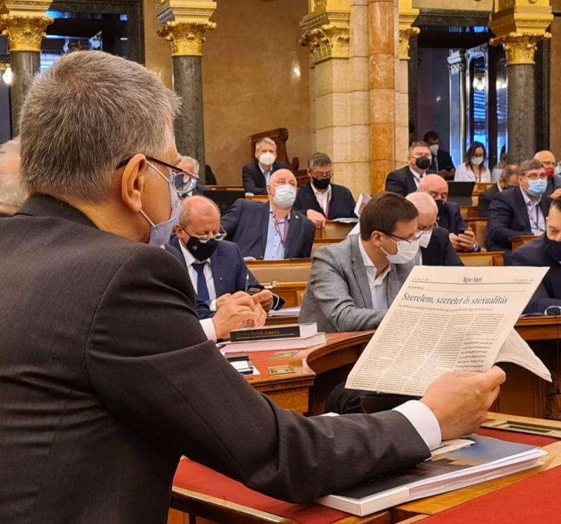 """Kövér László """"szerelemről, szeretetről és szexualitásról"""" olvas a Parlamentben, miközben épp fontos kérdésekről szavaznak – fotó"""