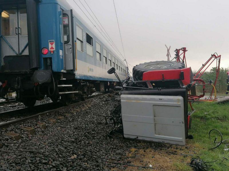 Meghalt a traktoros, aki vonattal ütközött Újfehértónál