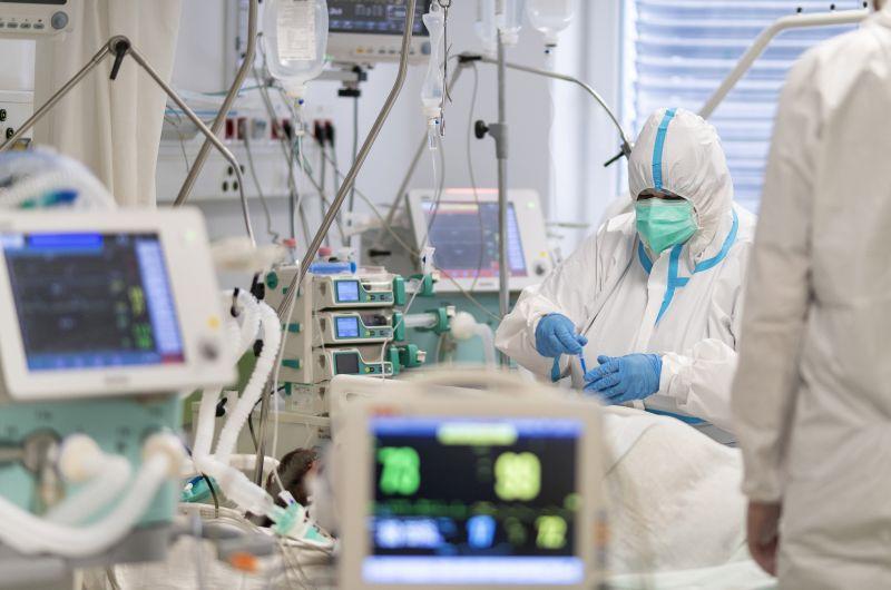 Koronavírus: 205 beteg hunyt el az elmúlt 24 órában, 3706 újabb fertőzöttet találtak