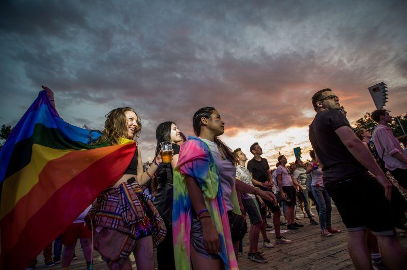 Kezdődik a Pride, egyre többen gyülekeznek a Madách térnél – Ezekre a forgalomkorlátozásokra készüljön fel Budapesten