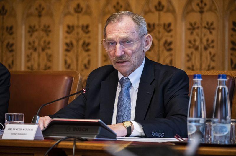 Veszélyhelyzeti fordulat: Pintér Sándor váratlanul leállította a hatalmas banki tranzakciót