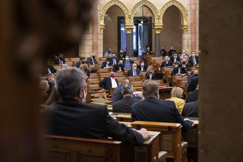 Tovább nőtt a parlamenti képviselők fizetése, milliókat visznek haza havonta – itt vannak a részletek