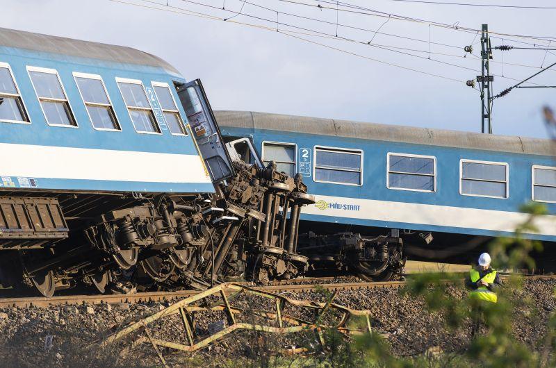 Így nézett ki a kisiklott vonat Újfehértónál – Fotó!