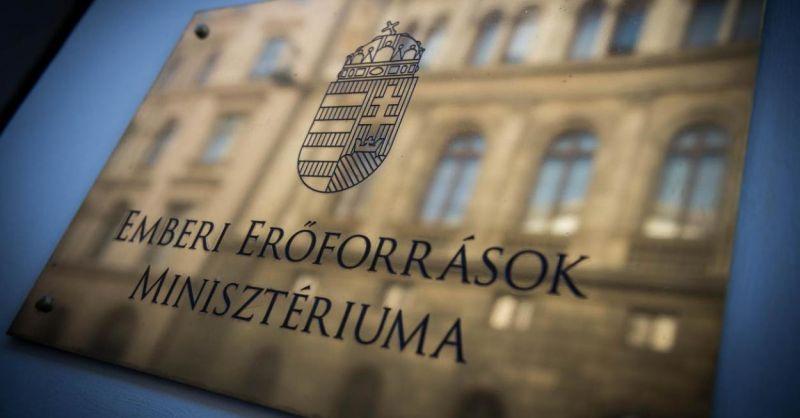 Az  Emberi Erőforrások Minisztériuma kétszínűnek nevezte a teljes ellenzéket