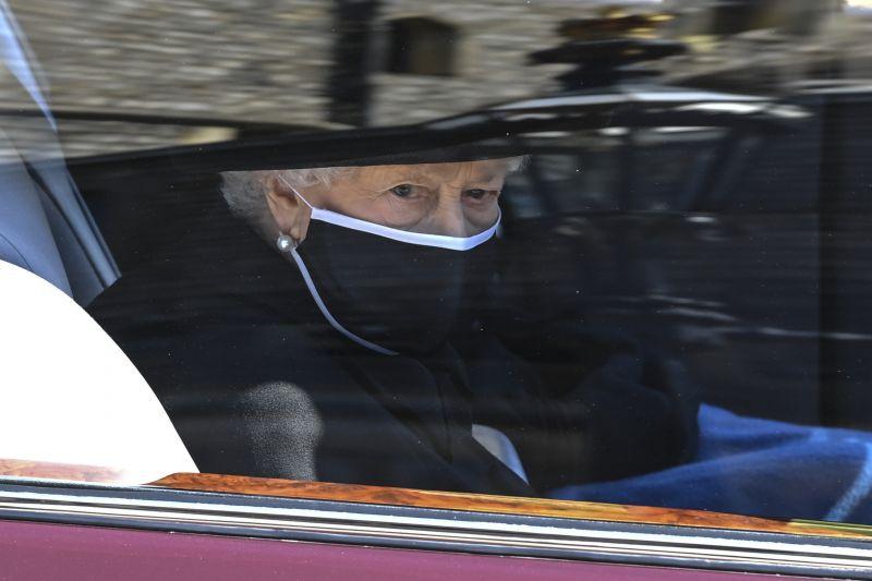 Ezzel a két édes corgikölyökkel vigasztalódik a gyászoló II. Erzsébet, pedig megfogadta, hogy többet nem lesz kutyája – fotó
