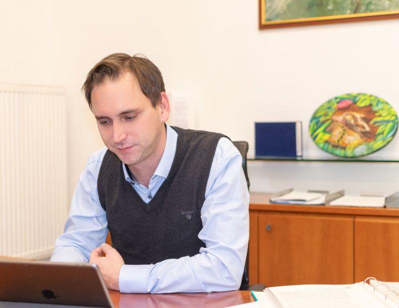 Ellenzéki politikusok támogatják adománnyal Áder Jánosék alapítványát