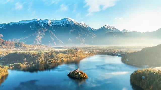 Szlovéniában felfüggesztenék az AstraZeneca-oltóanyag beadását a 60 évnél fiatalabbaknak