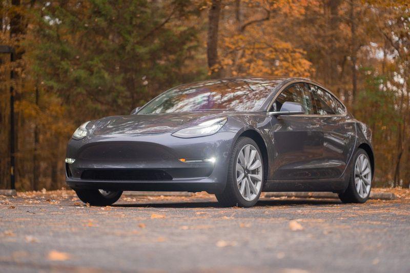 Két ember halálát okozta egy Tesla – Valószínűleg önvezető üzemmódban volt