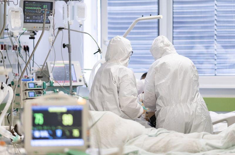 Már 63 egészségügyi dolgozó halt bele a koronavírus-fertőzésbe Magyarországon