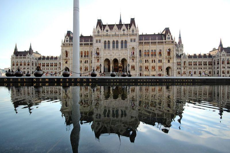 Átlagos péntek: a közvagyon alapítványokba való kiszervezését tárgyalja a parlament