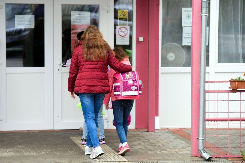 Emmi: az iskolások 75 százaléka bement az iskolába